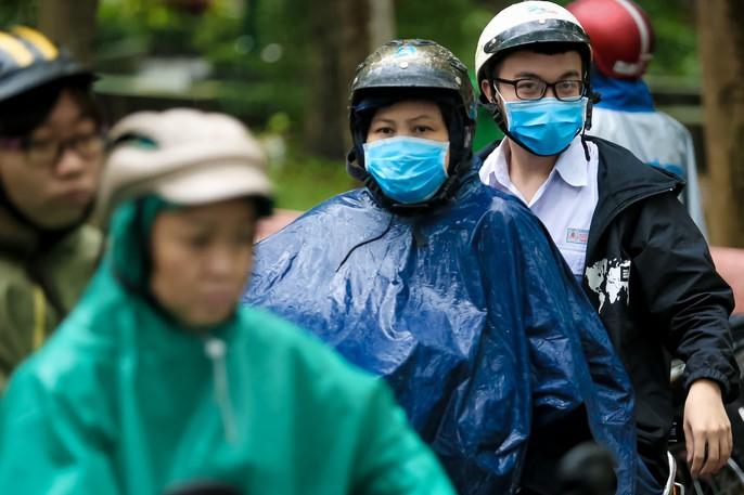 TP HCM: Phụ huynh đội mưa đón con tránh bão số 16 (Tembin) - Ảnh 15.
