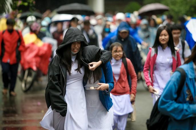 TP HCM: Phụ huynh đội mưa đón con tránh bão số 16 (Tembin) - Ảnh 14.