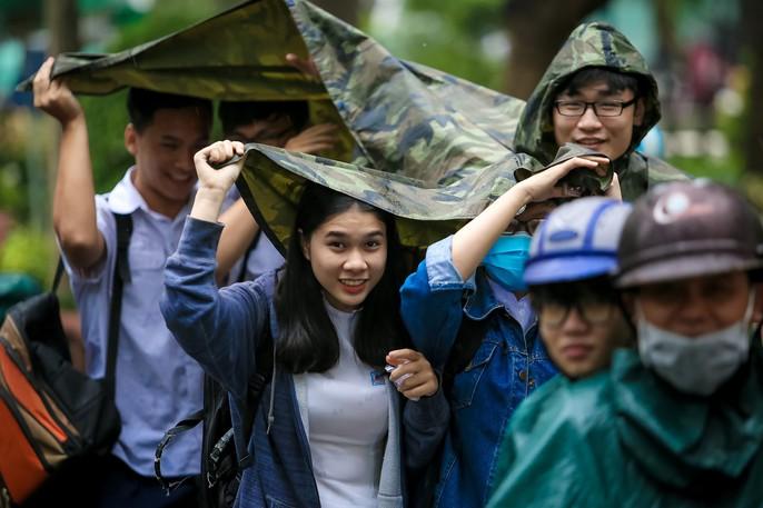 TP HCM: Phụ huynh đội mưa đón con tránh bão số 16 (Tembin) - Ảnh 11.