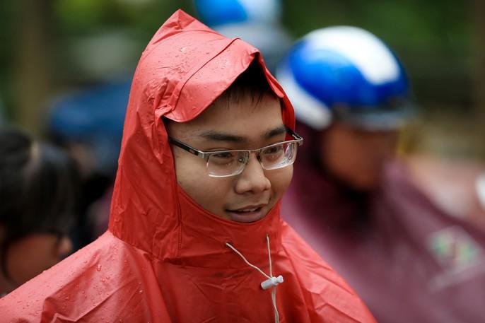 TP HCM: Phụ huynh đội mưa đón con tránh bão số 16 (Tembin) - Ảnh 16.