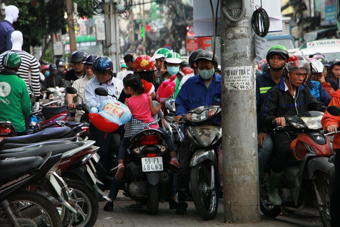 Kẹt cứng trước chợ Hòa Hưng, xe buýt 30 phút mới thoát thân - Ảnh 2.