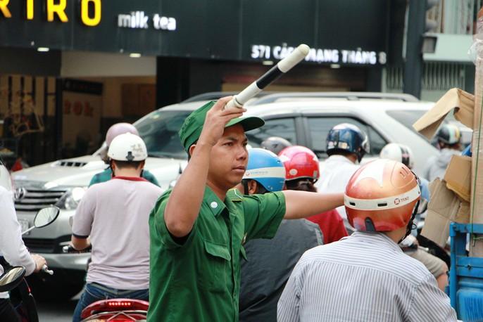 Kẹt cứng trước chợ Hòa Hưng, xe buýt 30 phút mới thoát thân - Ảnh 10.