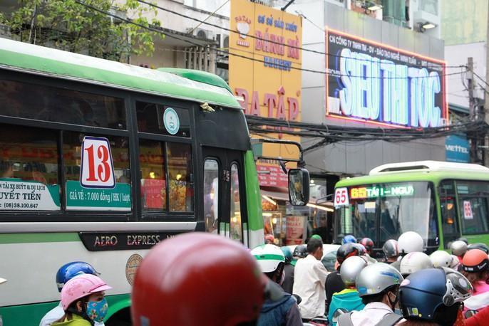 Kẹt cứng trước chợ Hòa Hưng, xe buýt 30 phút mới thoát thân - Ảnh 8.