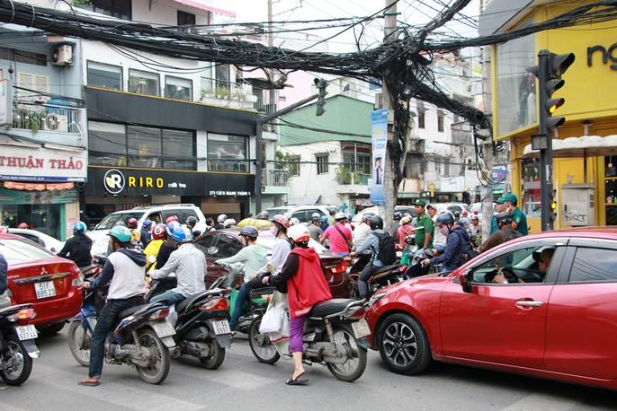 Kẹt cứng trước chợ Hòa Hưng, xe buýt 30 phút mới thoát thân - Ảnh 6.