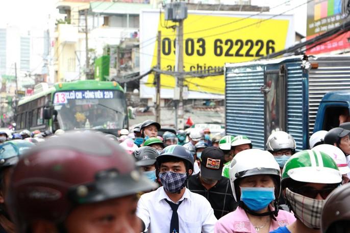 Kẹt cứng trước chợ Hòa Hưng, xe buýt 30 phút mới thoát thân - Ảnh 4.