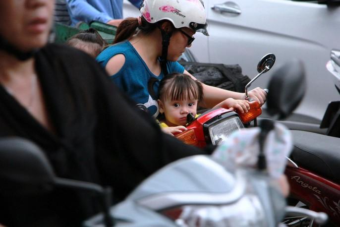 Kẹt cứng trước chợ Hòa Hưng, xe buýt 30 phút mới thoát thân - Ảnh 3.