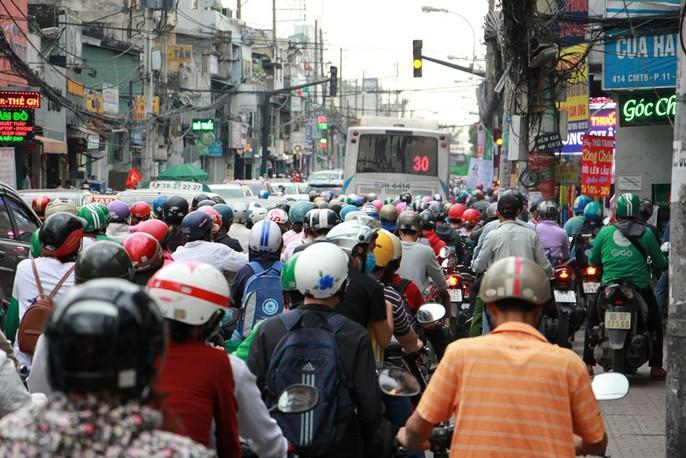 Kẹt cứng trước chợ Hòa Hưng, xe buýt 30 phút mới thoát thân - Ảnh 1.