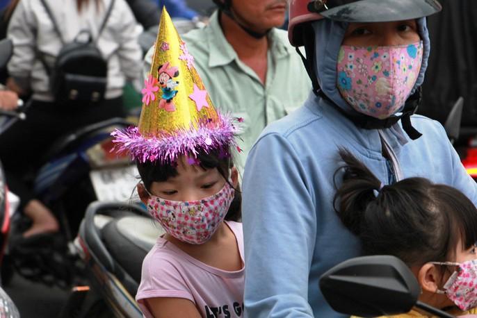 Kẹt cứng trước chợ Hòa Hưng, xe buýt 30 phút mới thoát thân - Ảnh 7.