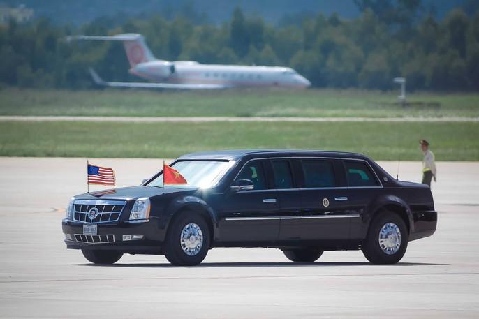 ...và đưa tổng thống Mỹ rời sân bay