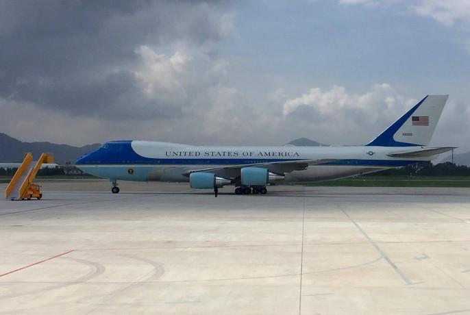 Chiếc Không lực Một đậu ở sân bay Đà Nẵng sau khi hạ cánh lúc 12 giờ 20 phút