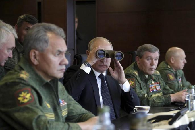 Tổng thống Putin (giữa) theo dõi cuộc tập trận. Ảnh: Reuters
