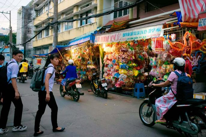 Làng lồng đèn giấy kiếng hồi sinh giữa Sài Gòn - Ảnh 14.