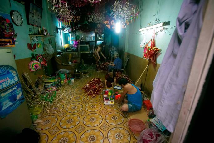 Làng lồng đèn giấy kiếng hồi sinh giữa Sài Gòn - Ảnh 2.