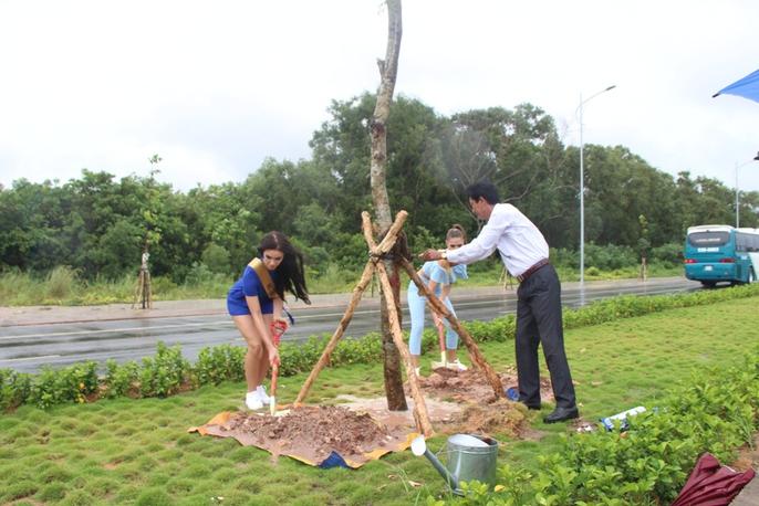 Hoa hậu Hòa bình Thế giới tham gia trồng cây ở Phú Quốc - Ảnh 5.