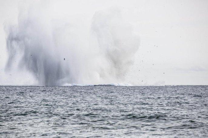 Hàng ngàn người sững sờ nhìn máy bay lao xuống biển - Ảnh 2.