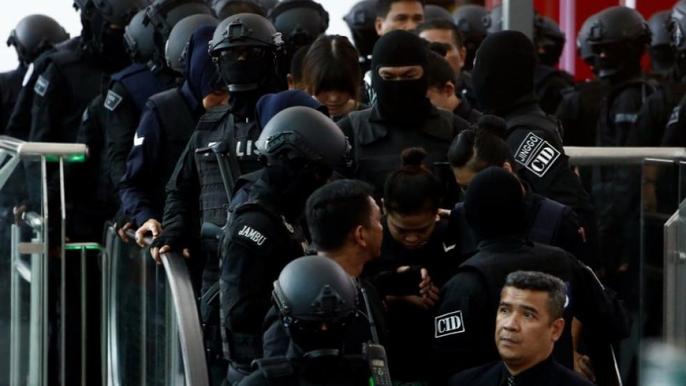 Cảnh sát vũ trang che mặt xuất hiện tại sân bay. Ảnh: Reuters
