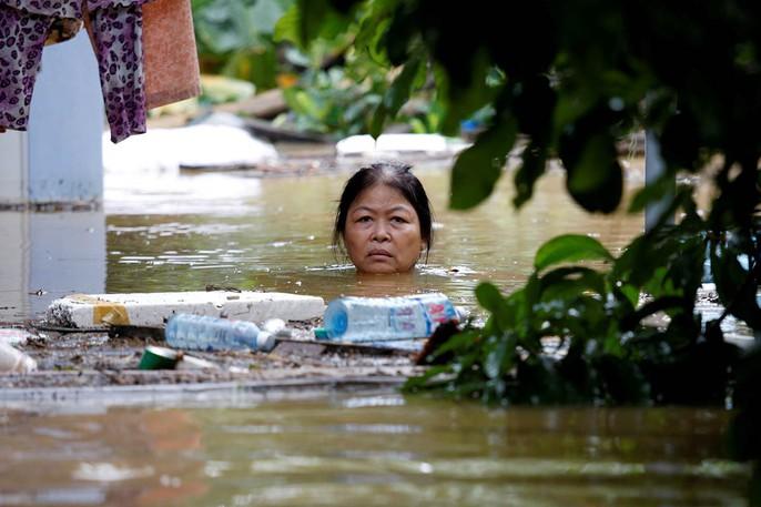 Hình ảnh lũ lụt miền Trung ngập tràn báo chí nước ngoài - Ảnh 1.