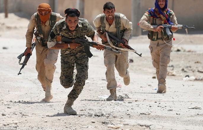 Những hình ảnh đau thương về cuộc chiến chống IS - Ảnh 2.