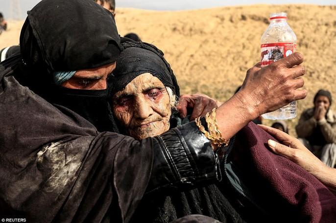 Những hình ảnh đau thương về cuộc chiến chống IS - Ảnh 3.