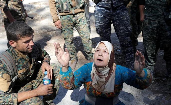 Những hình ảnh đau thương về cuộc chiến chống IS - Ảnh 7.