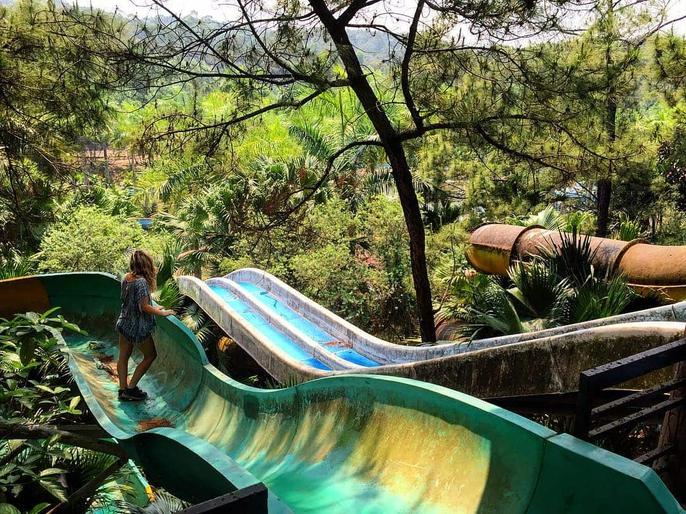 Khách nước ngoài đổ đến công viên nước bỏ hoang ở Huế - Ảnh 6.
