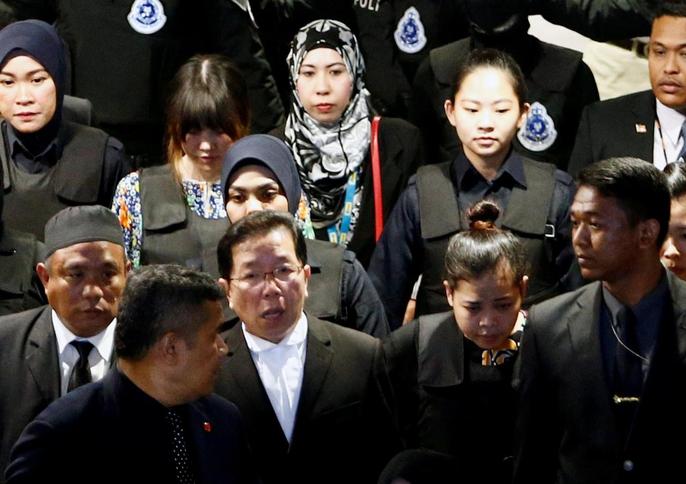 Đoàn Thị Hương và bị cáo Siti Aisyah giữa vòng vây an ninh dày đặc. Ảnh: Reuters