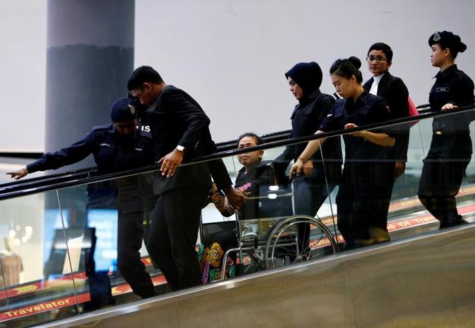 Bị cáo Siti Aisyah được nhìn thấy ngồi trên xe lăn. Ảnh: Reuters