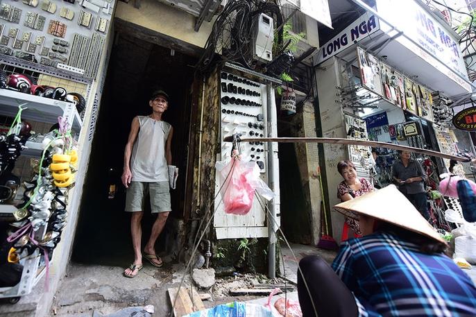 Hai người trong căn hộ 2 mét vuông ở Hà Nội! - Ảnh 8.