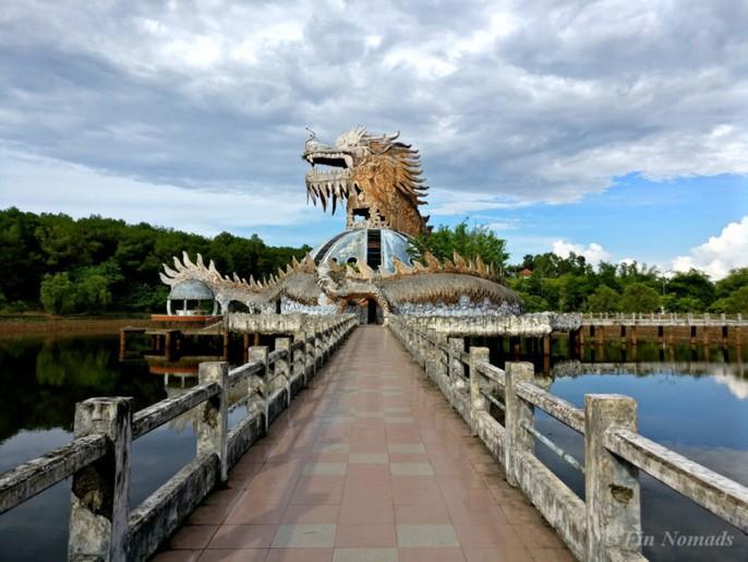 Khách nước ngoài đổ đến công viên nước bỏ hoang ở Huế - Ảnh 3.