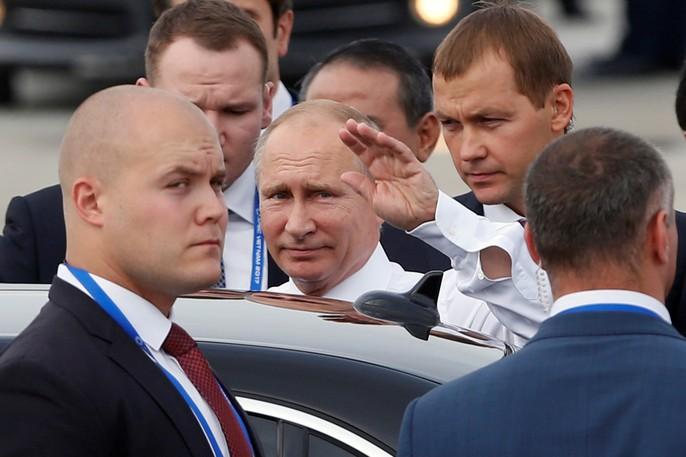 Ông Putin vẫy tay chào thân thiện. Ảnh: Reuters