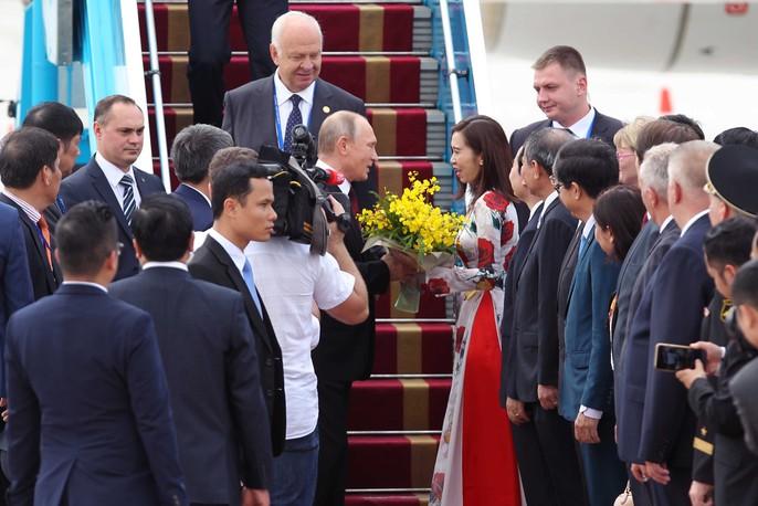Ông Putin nhận hoa chào mừng