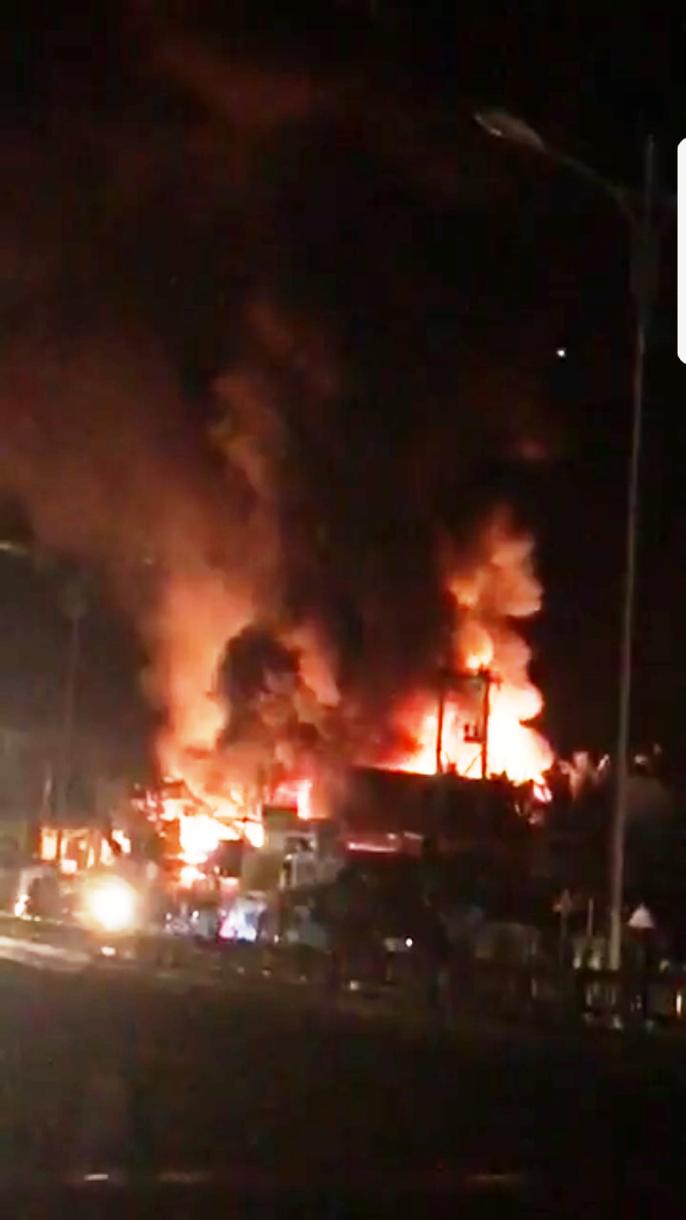 Cháy lớn ở Tiền Giang, xóa sổ vựa bán phân bón, thuốc trừ sâu - Ảnh 2.