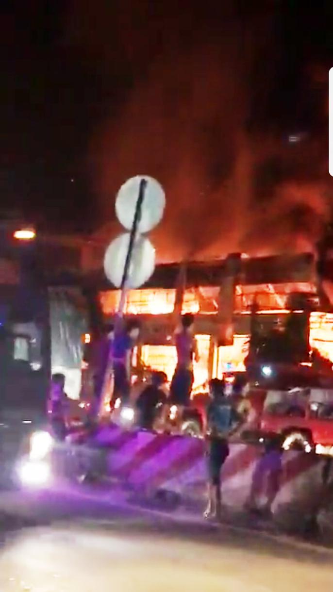 Cháy lớn ở Tiền Giang, xóa sổ vựa bán phân bón, thuốc trừ sâu - Ảnh 3.