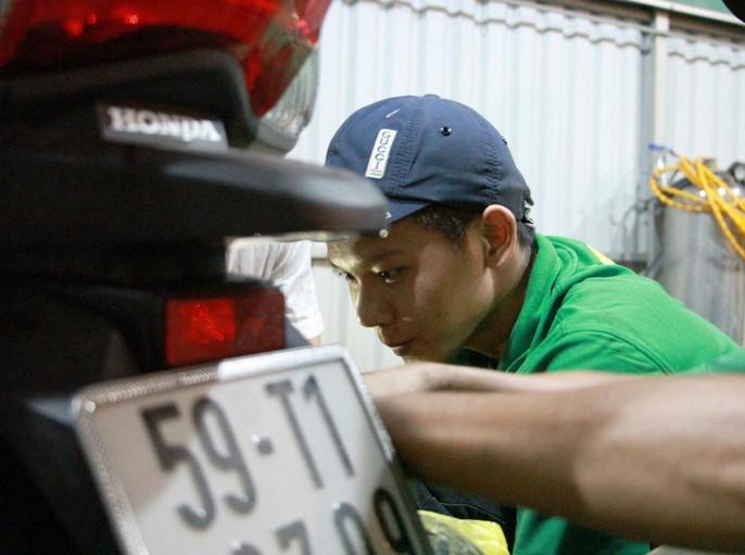 Chuyện bao đồng của 9 thợ sửa xe trong triều cường - Ảnh 6.