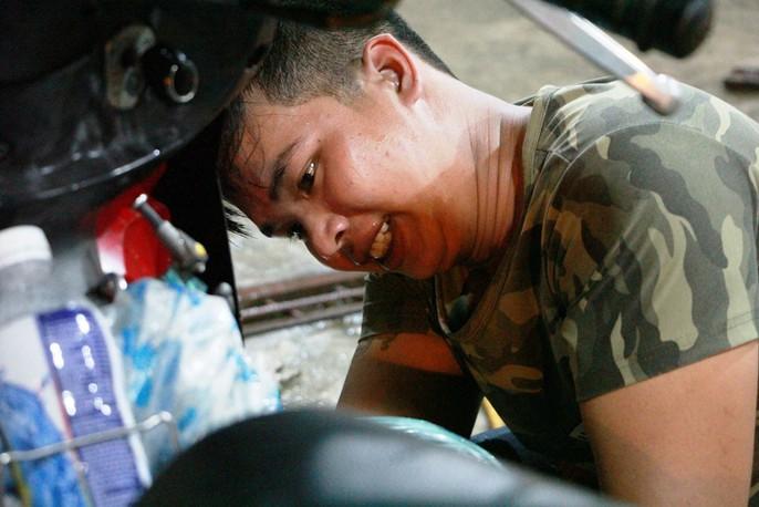 Chuyện bao đồng của 9 thợ sửa xe trong triều cường - Ảnh 8.