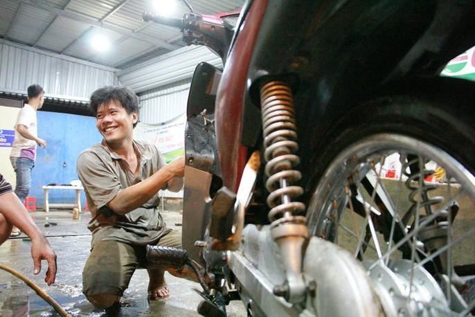 Chuyện bao đồng của 9 thợ sửa xe trong triều cường - Ảnh 2.