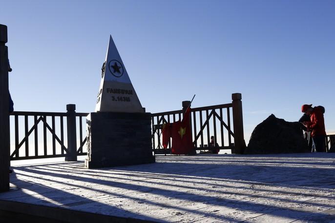 Đốn tim vẻ đẹp lung linh của băng giá trên đỉnh Fansipan - Ảnh 2.