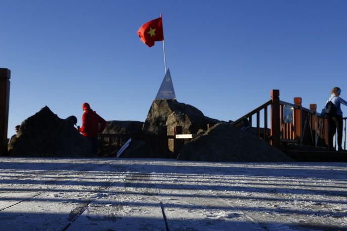 Đốn tim vẻ đẹp lung linh của băng giá trên đỉnh Fansipan - Ảnh 4.