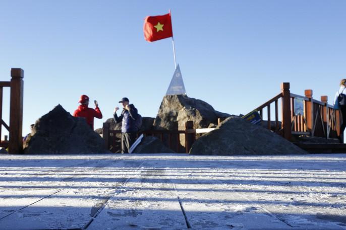 Đốn tim vẻ đẹp lung linh của băng giá trên đỉnh Fansipan - Ảnh 5.