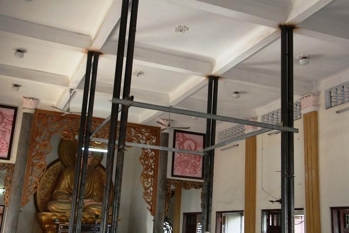 Hồi hộp theo dõi thần đèn nâng chùa nặng hơn 2.000 tấn lên 3m - Ảnh 10.
