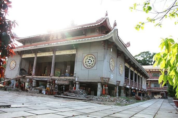 Hồi hộp theo dõi thần đèn nâng chùa nặng hơn 2.000 tấn lên 3m - Ảnh 2.