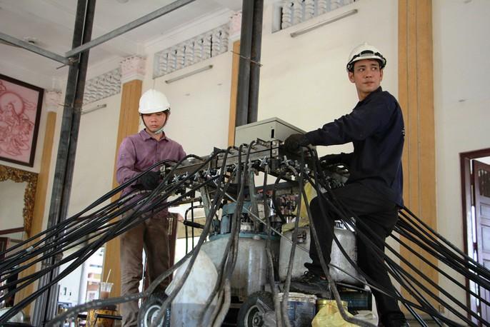 Hồi hộp theo dõi thần đèn nâng chùa nặng hơn 2.000 tấn lên 3m - Ảnh 5.