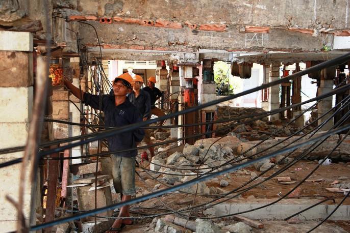 Hồi hộp theo dõi thần đèn nâng chùa nặng hơn 2.000 tấn lên 3m - Ảnh 3.