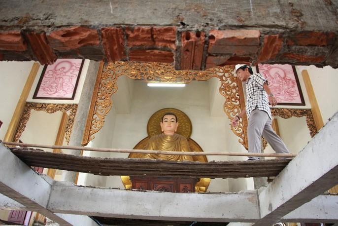 Hồi hộp theo dõi thần đèn nâng chùa nặng hơn 2.000 tấn lên 3m - Ảnh 7.