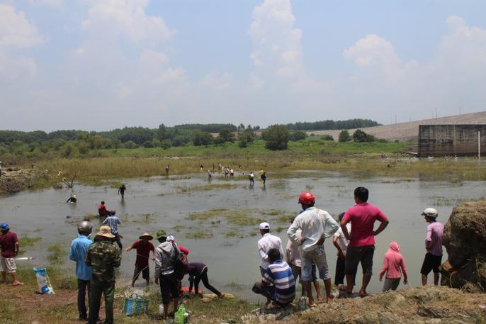 Đổ xô đi bắt cá ở hồ thủy điện Trị An - Ảnh 2.