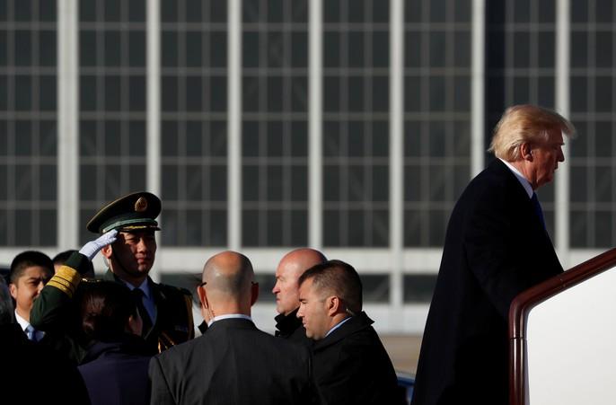 Tổng thống Mỹ Donald Trump lên Không lực Một rời Trung Quốc đến Việt Nam hôm 10-11. Ảnh: Reuters
