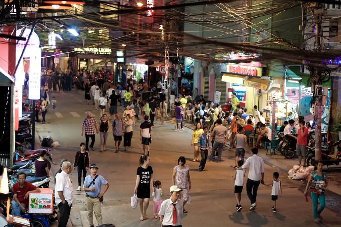 Nhiều người ngỡ ngàng trong ngày đầu Phố đi bộ Bùi Viện cấm xe - Ảnh 8.