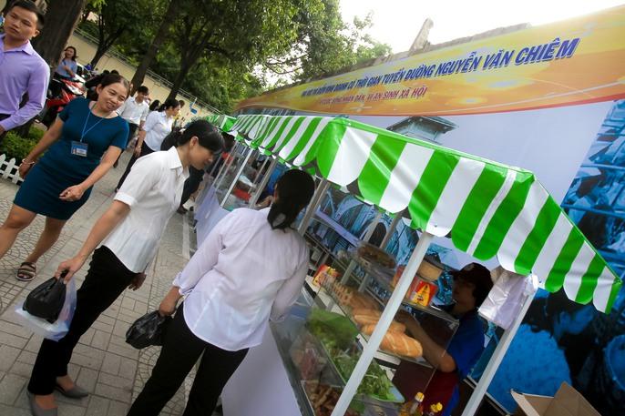 Ngắm phố hàng rong ở đường Nguyễn Văn Chiêm, quận 1 - Ảnh 4.