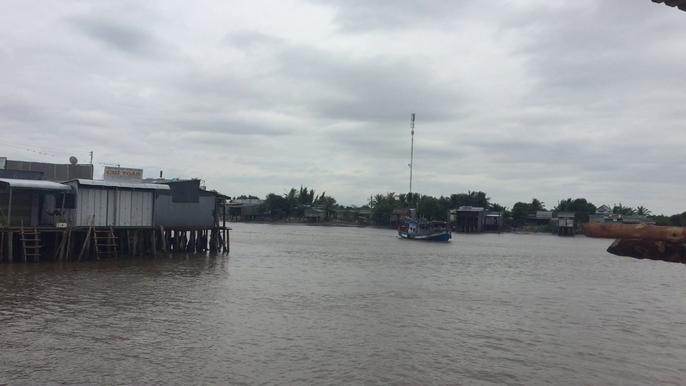 Ám ảnh bão Linda, dân Rạch Gốc xây tường cao đối phó với bão số 16 (Tembin) - Ảnh 1.