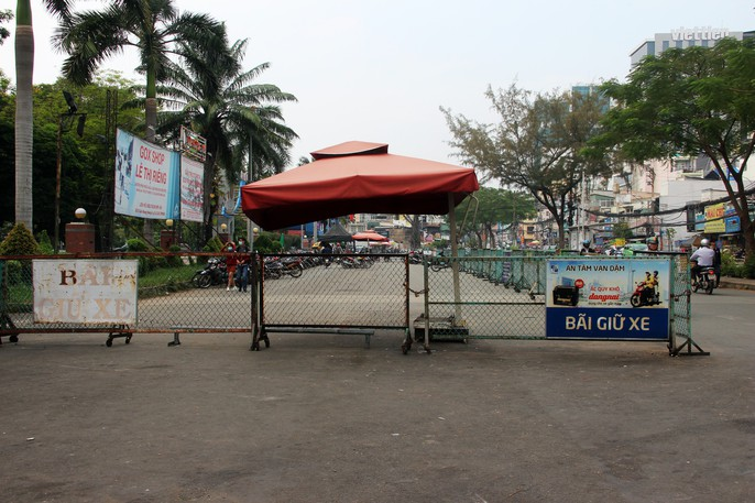 TP HCM: Nhiều bãi giữ xe vẫn trơ gan trên vỉa hè - Ảnh 1.